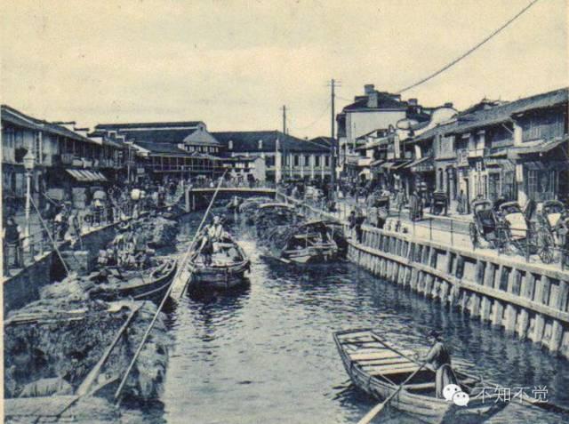 1900年左右的延安路——也就是当时的洋泾浜,朝东流入黄浦江。洋泾浜在清末是分割英美公共租界和法租界的界河。1914年,公共租界纳税人特别会议(这个会议很英国。辛亥革命后,国民政府还是没有办法接管上海特别市,叹气)批准填浜筑路,以英国国王的名字命名为爱多亚路,解放后改名延安路。