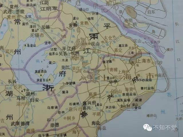 南宋时期的上海,棕色字代表当代上海。吴淞江才是主流,且一路往东出海,往北到现在宝山的吴淞口。川沙当时真的是海边的沙滩,崇明岛也好小啊。